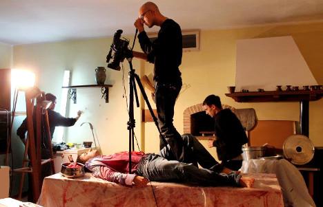 Il filmmaker Alberto Gulminetti riprende la scena del delitto